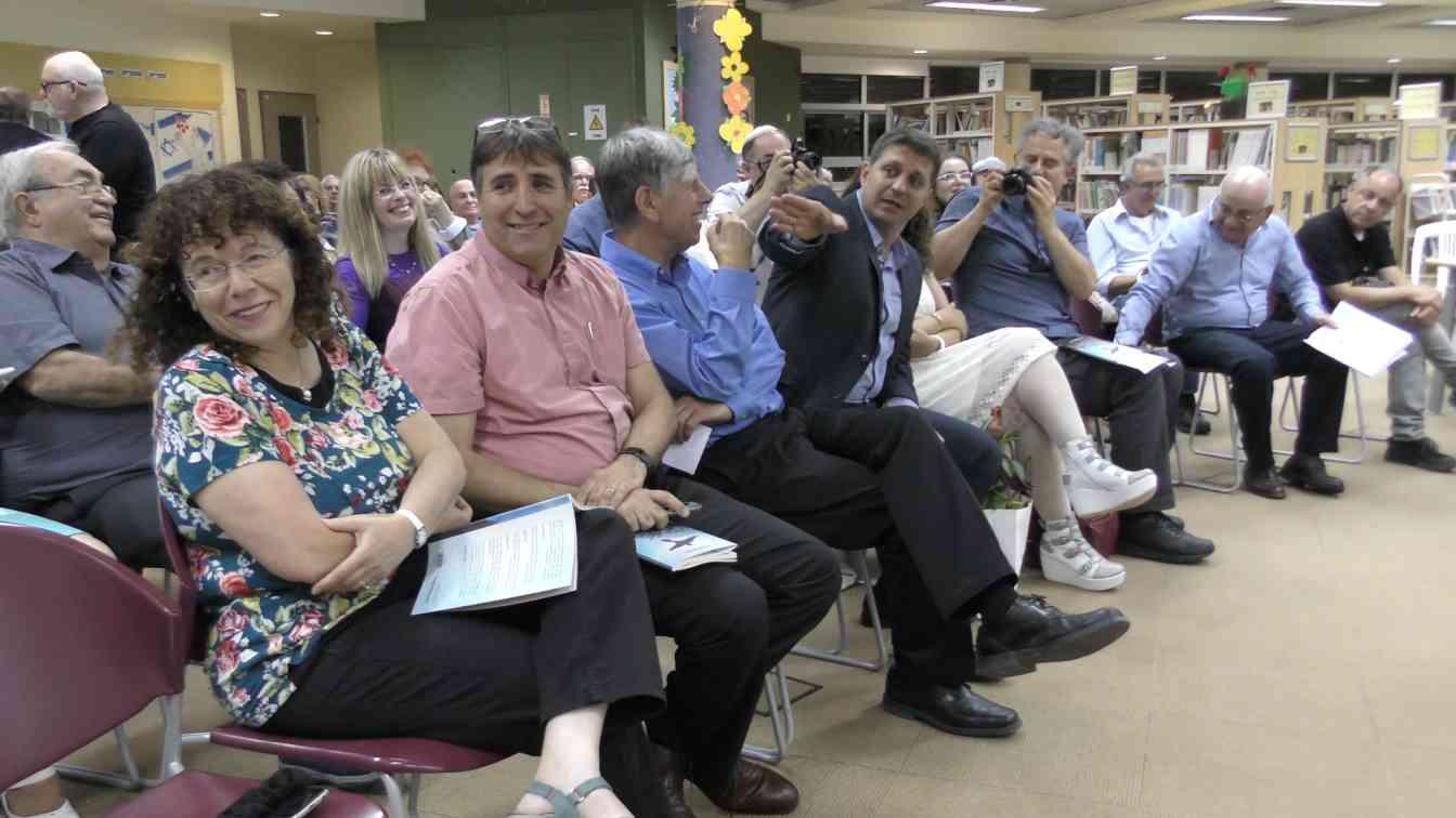 תמונת קהל עם ראש העיר וסגניו 3